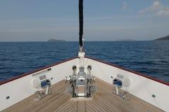 Barco de vela de madera en la vela Foto de archivo libre de regalías