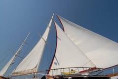 Barco de vela de madera en la vela Imagenes de archivo