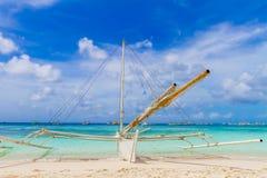 Barco de vela de madera, isla de Boracay, verano tropical Imagen de archivo libre de regalías