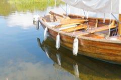 Barco de vela de madera viejo que refleja en el agua Foto de archivo libre de regalías