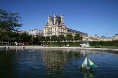 Barco de vela del juguete en la charca, Lourve, París, Francia Fotos de archivo