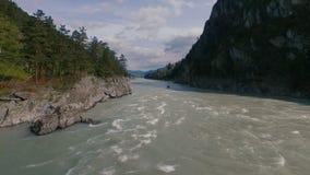Barco de vela del río de la montaña Tiros aéreos almacen de metraje de vídeo