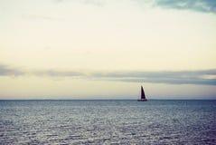 Barco de vela distante Fotos de archivo