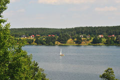 Barco de vela em um lago Fotos de Stock Royalty Free