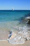 Barco de vela en agua tropical Fotos de archivo
