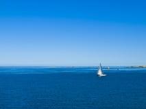 Barco de vela en aguas costeras Imágenes de archivo libres de regalías