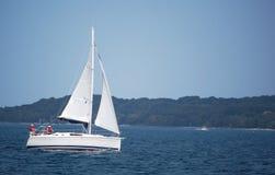 Barco de vela en bahía Fotografía de archivo libre de regalías