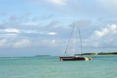 Barco de vela en bahía Imagenes de archivo