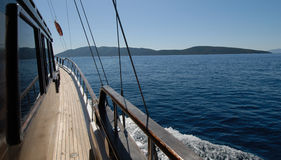 Barco de vela en el agua Imagen de archivo