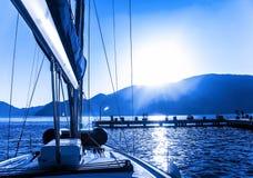 Barco de vela en el agua Foto de archivo