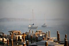 Barco de vela en el amanecer Foto de archivo