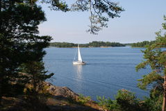 Barco de vela en el lago foto de archivo libre de regalías