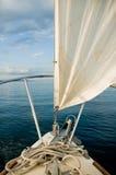 Barco de vela en el lago/los mares azules Fotografía de archivo
