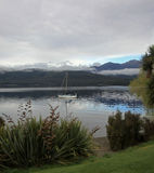 Barco de vela en el lago Te Anau Foto de archivo libre de regalías