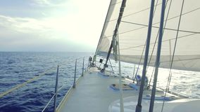Barco de vela en el mar almacen de video