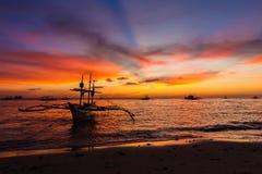 Barco de vela en el mar de la puesta del sol, isla de Boracay Imagenes de archivo