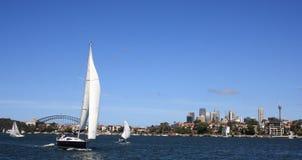Barco de vela en el puerto de Sydney Fotos de archivo libres de regalías