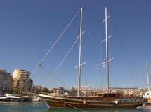 Barco de vela en el puerto deportivo Imagenes de archivo