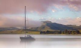 Barco de vela en el río imagen de archivo