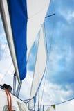 Barco de vela en el Sun Imagenes de archivo