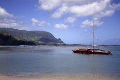 Barco de vela en la bahía de Hanalei Imágenes de archivo libres de regalías