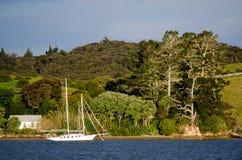 Barco de vela en la bahía de las islas Nueva Zelanda Imagen de archivo