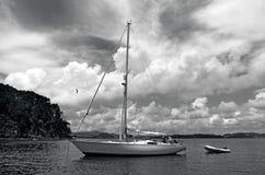 Barco de vela en la bahía de las islas Nueva Zelanda Imagen de archivo libre de regalías