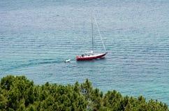 Barco de vela en la bahía de las islas Nueva Zelanda Fotos de archivo libres de regalías