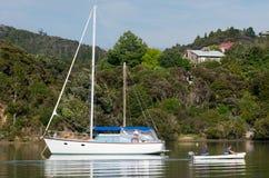 Barco de vela en la bahía de las islas Nueva Zelanda Imagenes de archivo