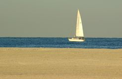 Barco de vela en la bahía del golfo Imágenes de archivo libres de regalías