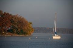 Barco de vela en la isla grande Fotos de archivo