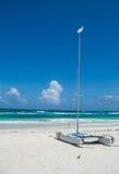 Barco de vela en la playa imagen de archivo