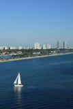 Barco de vela en la playa del sur Miami la Florida Imagen de archivo libre de regalías