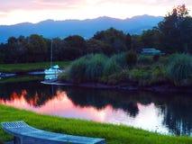 Barco de vela en la puesta del sol Imagenes de archivo