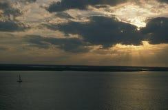 Barco de vela en la puesta del sol Foto de archivo libre de regalías