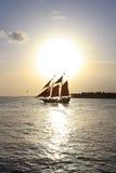 Barco de vela en la puesta del sol Imagen de archivo libre de regalías