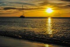 Barco de vela en la puesta del sol Imágenes de archivo libres de regalías