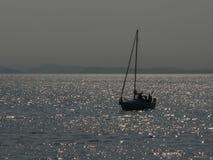 Barco de vela en la roca blanca, A.C. imagen de archivo libre de regalías