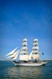 Barco de vela en las velas llenas Foto de archivo libre de regalías