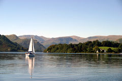 Barco de vela en Ullswater imágenes de archivo libres de regalías
