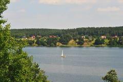 Barco de vela en un lago Fotos de archivo libres de regalías