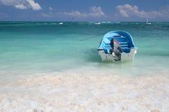 Barco de vela en un océano verde tropical Imagen de archivo