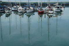 Barco de vela en un puerto deportivo Imágenes de archivo libres de regalías