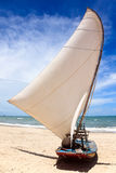 Barco de vela en una playa brasileña Fotos de archivo libres de regalías