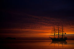 Barco de vela grande en puesta del sol hermosa Foto de archivo