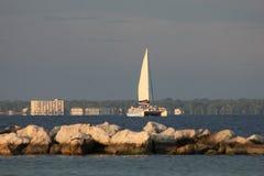 Barco de vela grande que dirige adentro en la puesta del sol fotografía de archivo libre de regalías