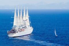 Barco de vela grande y pequeño Imagen de archivo libre de regalías