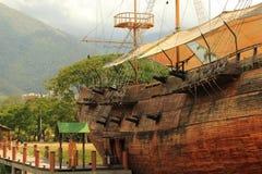 Barco de vela histórico de madeira velho imagem de stock