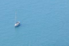 Barco de vela moderno en el mar Foto de archivo libre de regalías