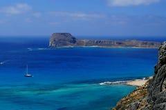 Barco de vela na frente da ilha de Gramvousa, Creta Foto de Stock